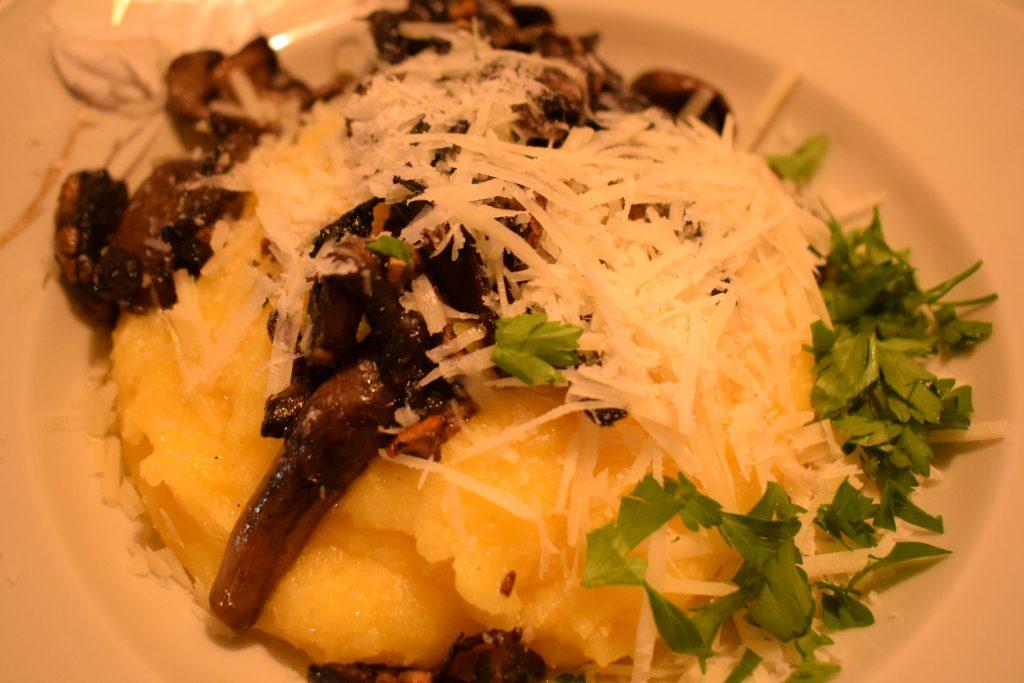 receta de polenta con champiñones al ajo, perejil, y mantequilla, con queso grana padano y perejil